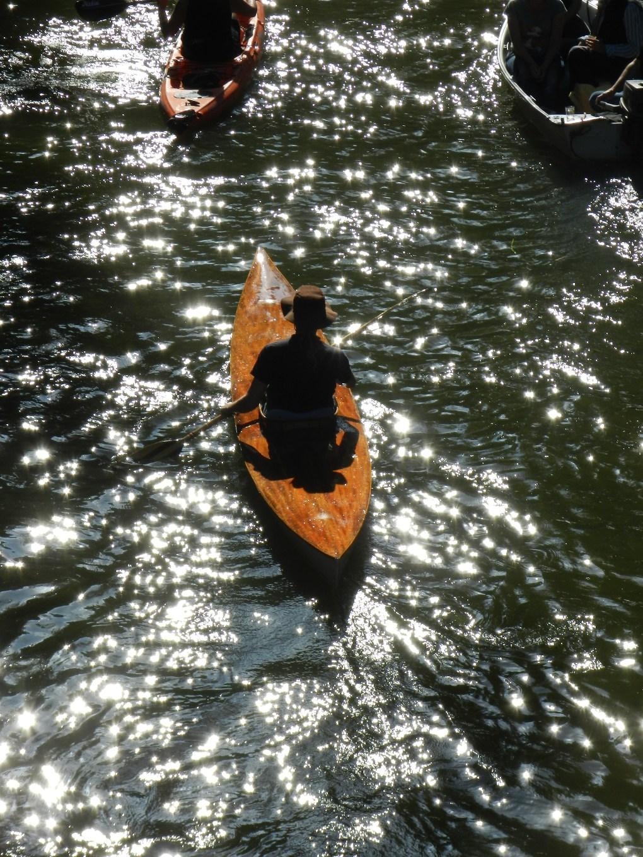 Kano op reflecterend water