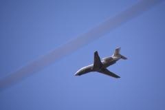 Vliegtuig Dassault Falcon 900EX boven de stad