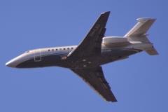 Vliegtuig boven de stad