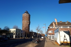Blauwe lucht achter watertoren