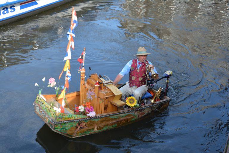 Reinier Sijpkens in zijn muziekbootje